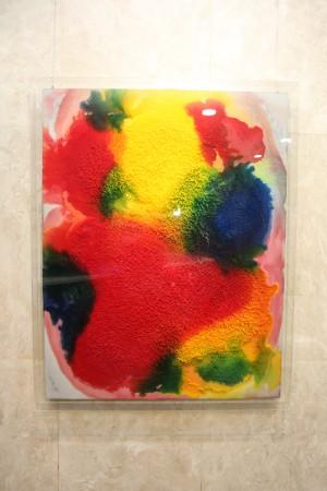 여러 색의 안료와 혼합한 요소액을 활용해 만든 작품